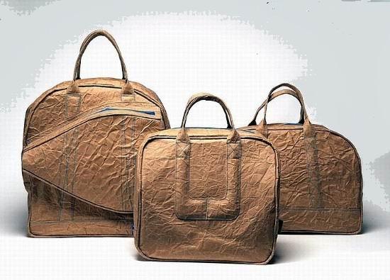 下面几个有趣的袋子是由荷兰设计师IIvy Jacobs的设计。全部工程都用精制牛皮纸。即使是最普通的材料,如牛皮纸,可这样多变,人们会得到启发,这就是创新,使用时尚。     更多牛皮纸袋、带线纸袋批发、订做、生产、制造、制作尽在森荣手袋公司!